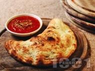 Пица Калцоне със сирене моцарела и рикота